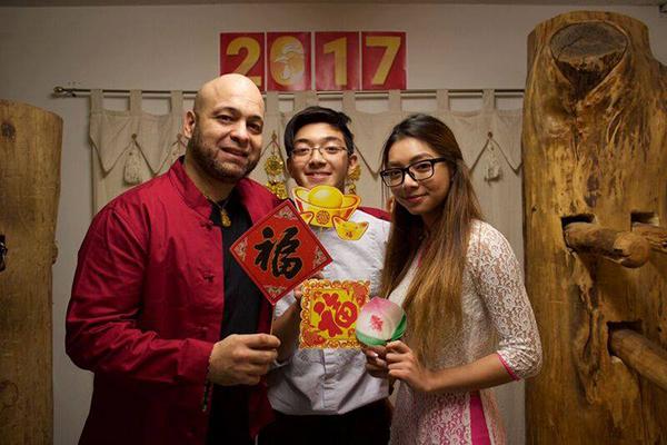 Katleen và em trai chụp ảnh cùng sư huynh Pierre Flores nhân dịp Tết cổ truyền 2017.