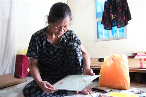 Để có được giấy khai sinh cho cháu Thương, bà Bình phải mất nhiều năm ròng rã đi đủ mọi cấp chính quyền.