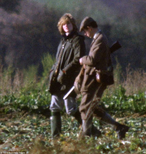 Công nương Diana tháp tùng Thái tử Charles trong chuyến đi săn tại Sandringham vào tháng 11/1981 khi đang mang thai Hoàng tử William.