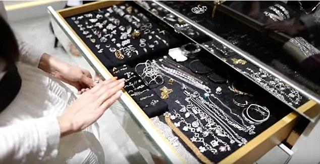 Ngoài ra, cô còn rất thích những đồ trang sức kim cương lấp lánh.