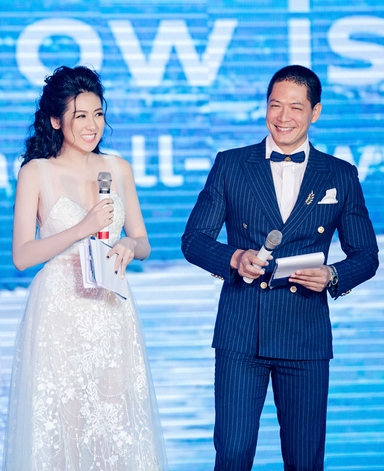 Với kinh nghiệm dẫn dắt các bản tin tài chính trên sóng VTV, Á hậu tự tin phối hợp cùng cựu người mẫu Bình Minh trên sân khấu.