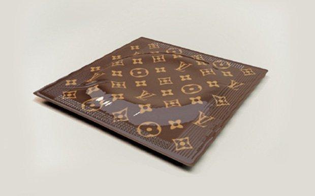 Trong khi đó, Louis Vuitton cũng tung ra thị trường 68 USD/chiếc