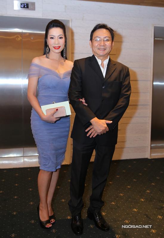 Vợ chồng Á hậu Trịnh Kim Chi khoác tay tình tứ.