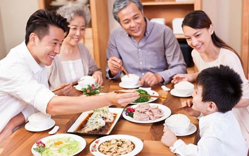 Cả gia đình về thăm bố mẹ dịp cuối tuần, quây quần bên mâm cơm ấm áp giúp tăng tình cảm mỗi thành viên.