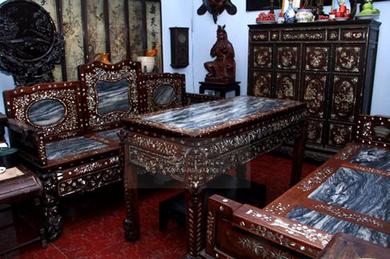 Ấn tượng đầu tiên trong nhà là nội thất gỗ được chạm trổ, khảm đá rất bắt mắt và đắt tiền.