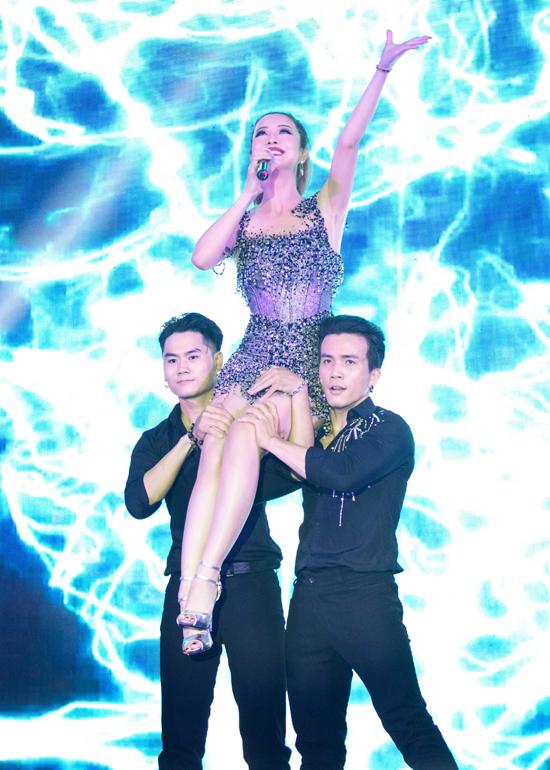 Màn hát và nhảy gợi cảm của gái 3 con đã nhận được rất nhiều tình cảm của đông đảo quan khách có mặt trong chương trình.