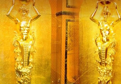 Dĩ nhiên là tường của khách sạn cũng không thể thiếu vắng những chi tiết xa xỉ bằng vàng ròng