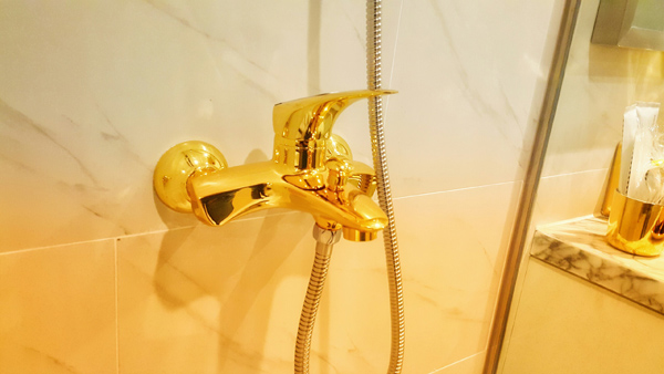 ... đến cả vòi nước cũng được mạ vàng sang chảnh.