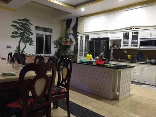 Khu vực phòng ăn của đại gia đình rất rộng rãi và có nhiều thứ đồ đắt tiền.