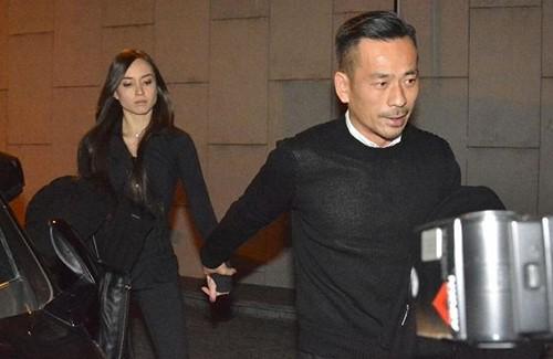 Tỷ phú Hong Kong công khai nắm tay bạn gái với báo chí.