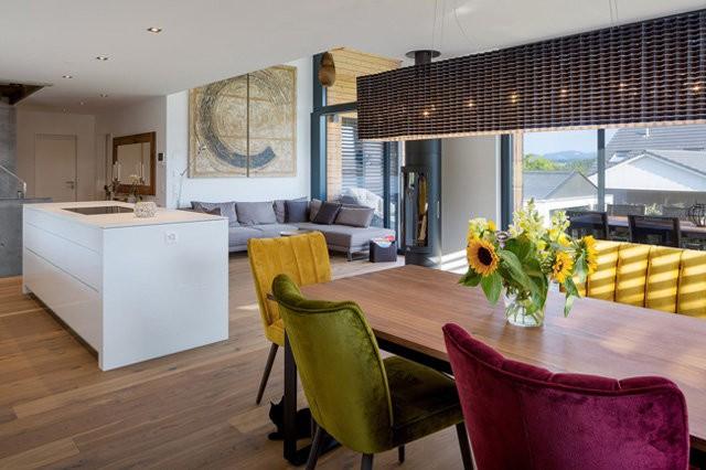 Khu vực tầng trên được sử dụng để làm phòng khách và bếp.