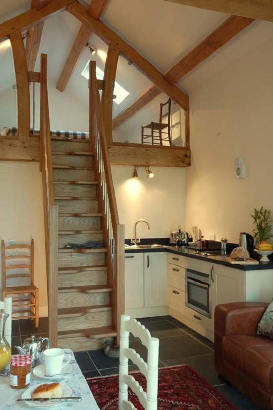 Có thể thấy cầu thang gỗ là mẫu thiết kế thường được lựa chọn trong xây dựng nhà cấp 4 có gác lửng.