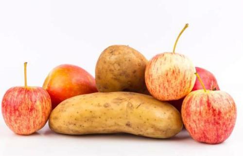 Bạn nên xếp táo vào cùng túi với khoai tây bởi cách này có thể giúp khoai tây không mọc mầm.