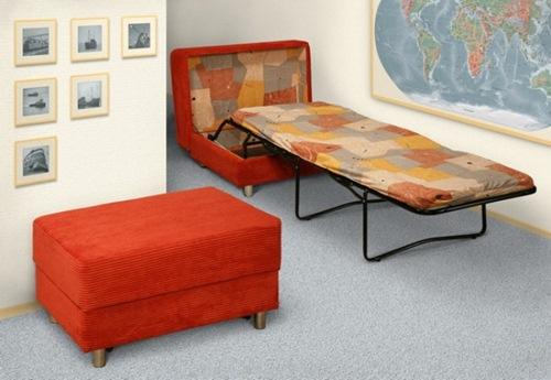 Một chiếc giường gấp có thể gấp lại thành ghế sofa để ngồi.