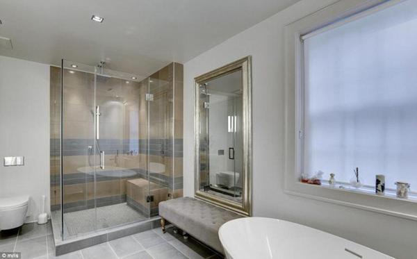 Biệt thự có 6 nhà tắm, được thiết kế và xây dựng theo phong cách sang trọng, lịch sự.