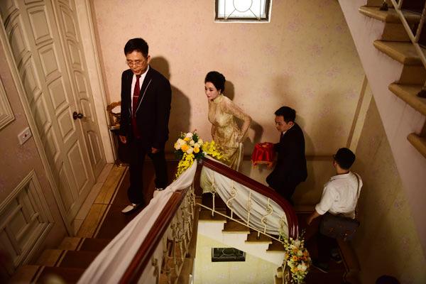 Đại gia Doãn Văn Phương được bố mẹ vợ dẫn lên phòng đón cô dâu.