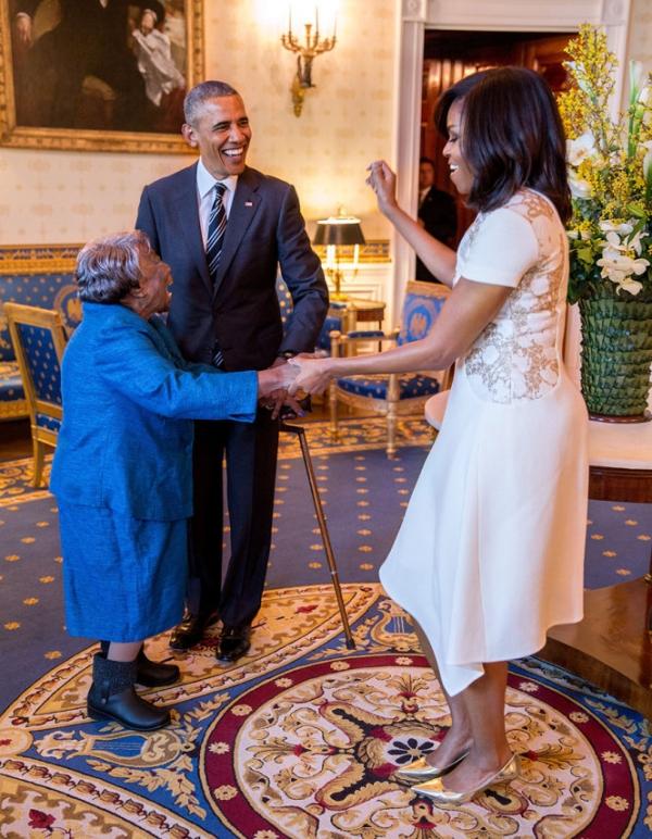 Ông Obama nhìn vợ nhảy với cụ bà 106 tuổi đến từ Virginia.