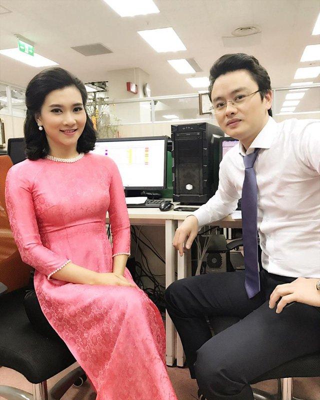 BTV Khánh Trang chụp với đồng nghiệp - BTV Hữu Bằng.