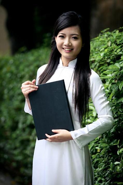 Hiện tại, ở trường Amsterdam, Hồng Anh được thầy cô xếp vào nhóm top đầu. Cô được học sinh yêu mến vì sự trẻ trung, thân thiện.