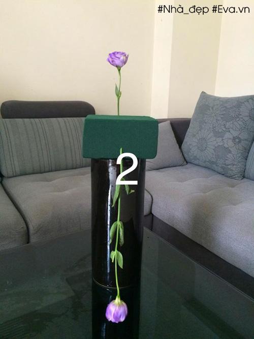 Bông hoa thứ hai cắm đối xứng, quay ngược xuống phía dưới. Chiều cao của cành hoa gần bằng chiều cao của bình.