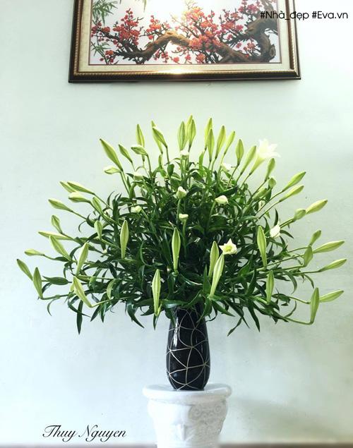 Khi cắm các bông tầng sau có phần đầu bông cao đúng bằng phần cuống bông (chỗ hoa). Nghĩa là nhìn kiểu nào cũng vẫn thấy đủ hết cả bông hoa. Cho nên các bông sau cứ theo độ cao của bông trước để cắt và cắm.