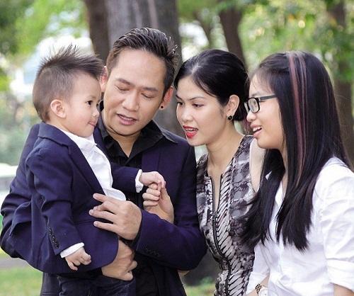 Hiện tại, nam ca sĩ Kiếp đỏ đen đang có một cuộc sống hạnh phúc, ấm áp trong căn hộ cao cấp hơn 4 tỷ đồng ở TP.HCM cùng người vợ xinh đẹp và hai con.