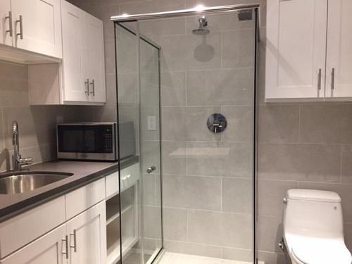 Với thiết kế kiểu này, thì nhà có 2,3 người sẽ không có chút riêng tư nào cả, nếu một người nấu nướng thì người kia sẽ không thể đi vệ sinh hoặc đi tắm.