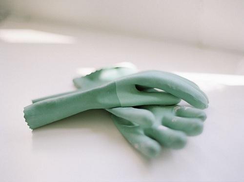 Chiếc nắp lọ có bị vặn chặt đến mấy cũng không thể làm khó bạn khi sử dụng găng tay cao su. (Ảnh minh họa)