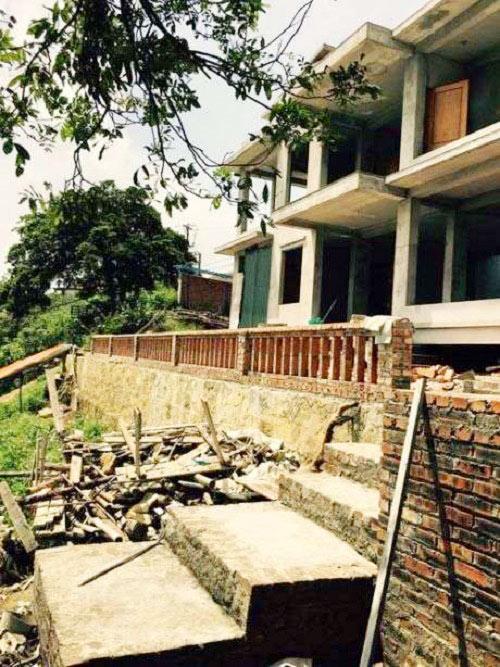 Căn biệt thự khá rộng rãi ở Vĩnh Phúc của gia đình Hoàng Thùy Linh khi còn đang trong quá trình xây dựng từng được nữ ca sĩ chia sẻ.