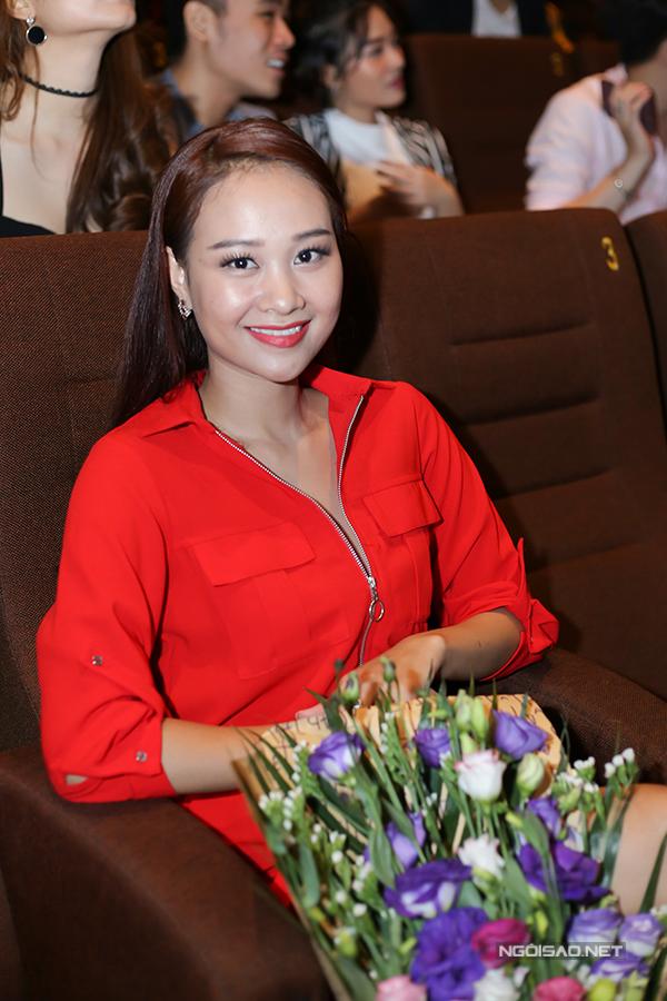 Ca sĩ Hà Thúy Anh nổi bật với trang phục đỏ rực.