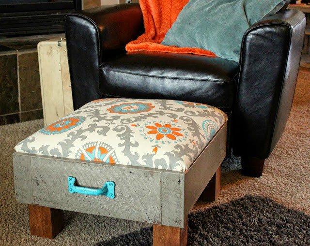 Ở một hình dạng khác, kệ tủ được phối jean đính màu xanh dịu mát, lắp 4 chân gỗ vững chãi và thấp hơn, tạo sự an toàn.