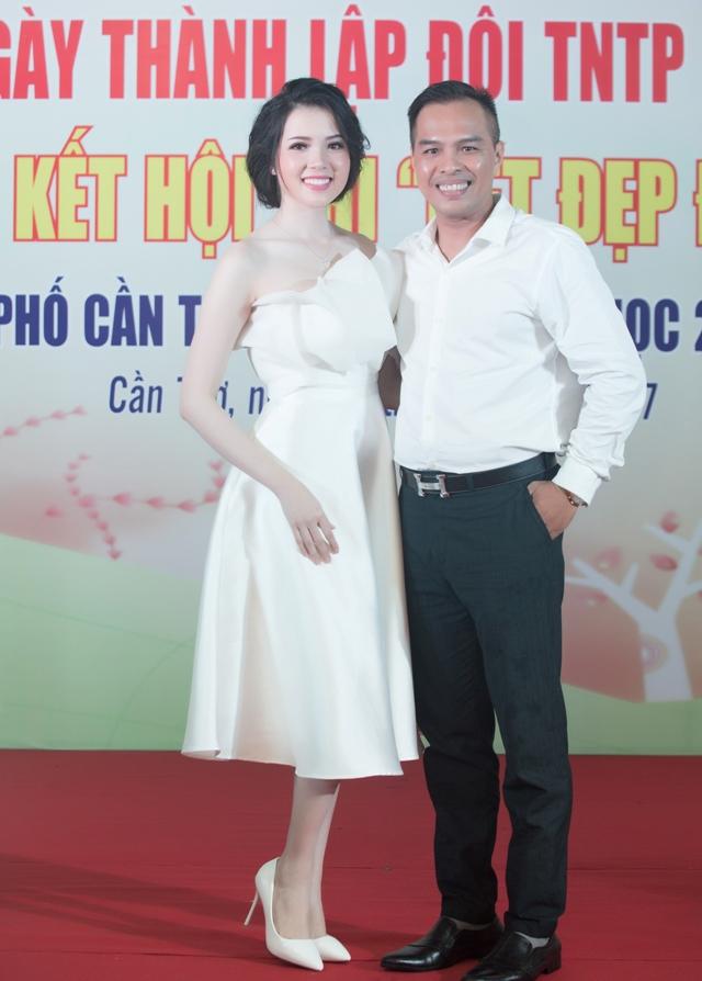 Hoa khôi cùng lưu giữ khoảnh khắc đẹp với ông Nguyễn Phú- Ủy viên Hội Người mẫu Việt Nam, một người thầy của cô.
