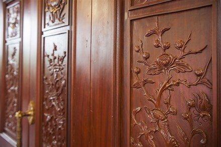 Những nét chạm trổ tinh xảo trên nền gỗ lim nguyên khối.