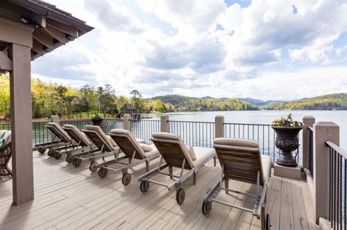 Khu bất động sản này gồm một biệt thự lớn trên bờ và cả một nhà nổi nhỏ dưới hồ.