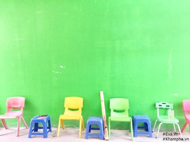 Nhìn hàng ghế màu sắc trùng tông với màu sơn tường khiến nhiều người nhầm tưởng rằng đây là trường mầm non.