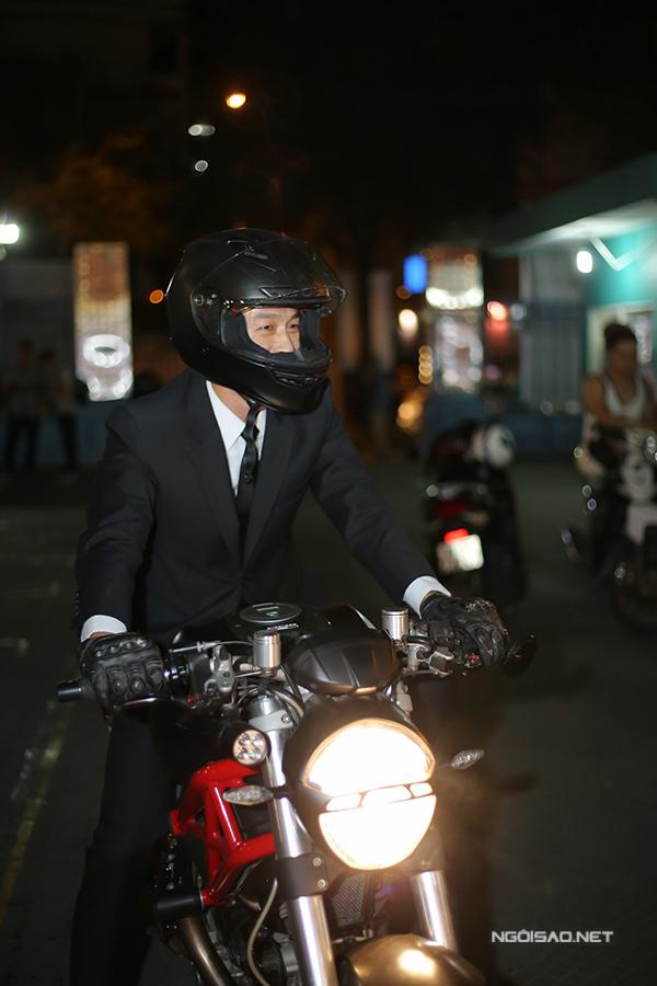 Johnny Trí Nguyễn xuất hiện trên chiếc môtô nhìn rất ngầu.