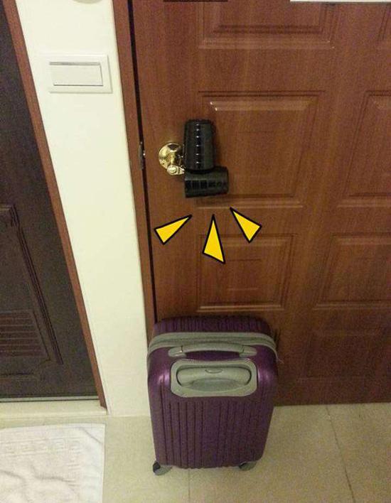 Ngoài ghế, bạn cũng có thể đặt va li hoặc vật nặng khác để chèn cửa.
