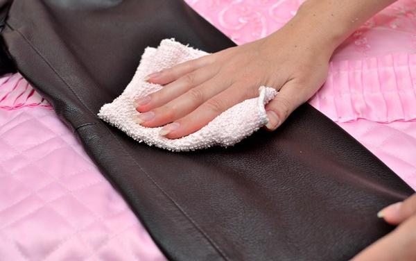 Dùng khăn bông lau bề mặt da sau khi xoa khoai tây lên vết mốc.