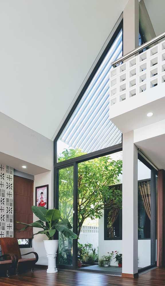 Các mảng cây xanh được đặt len lỏi trong từng góc nhỏ căn nhà, giúp điều hòa không khí và chắn bụi.