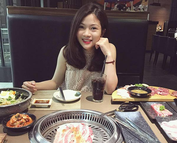 Cô sinh viên Tuyết Hồng được nhiều người khen ngợi vì vừa xinh xắn lại đảm chuyện nữ công gia chánh.