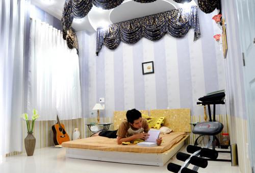 Căn phòng ngủ được thiết kế như một sân khấu nhỏ.