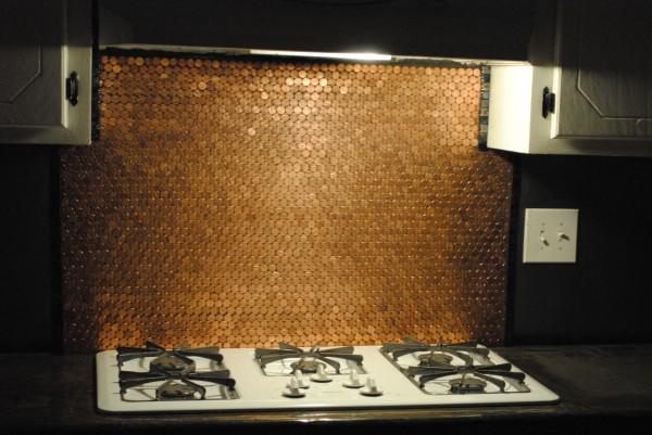 Dùng khăn mềm lau lại một lần nữa, bức tường bếp bằng đồng xu trở nên sáng bóng, thay đổi tức thì diện mạo cả căn bếp.