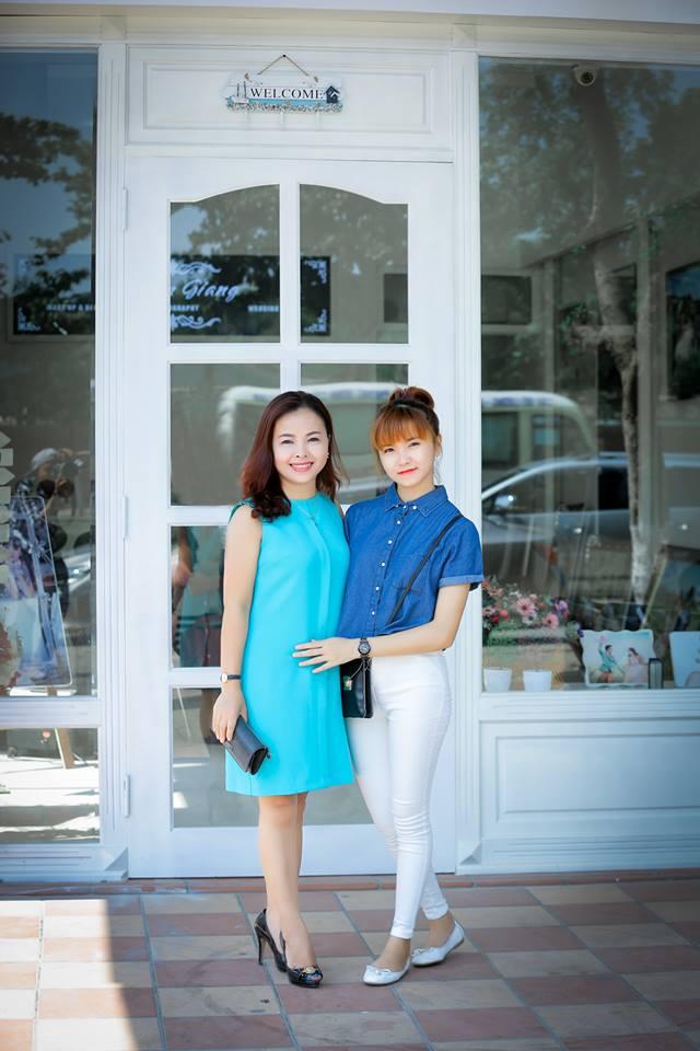 Luôn vui vẻ là bí quyết sống trẻ của chị Thanh Huyền để lúc nào cũng tự tin sánh đôi với con gái.