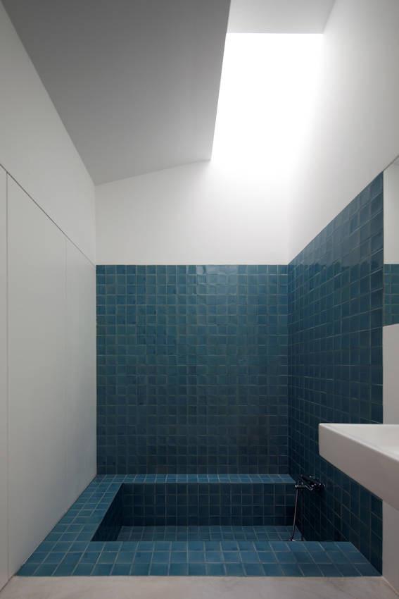 Vào năm 2011, kiến trúc sư Pedro Domingos Arquitectos hoàn thành House of Agostos, một khu định cư ở Bồ Đào Nha. Ngôi nhà được xây dựng trên những tàn tích của một cấu trúc hiện tại nhưng được cải tạo hiện đại và đầy đủ tính năng đơn giản, hấp dẫn nhờ chiếc bồn tắm chìm làm điểm nhấn.