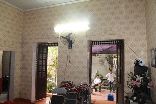 Ngôi nhà có ba gian với ba phòng tách riêng biệt. Phòng khách khá rộng có đặt bàn thờ tổ tiên.