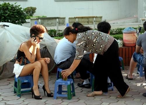 Do ăn mặc gợi cảm, Thảo Trang được nhiều người xung quanh chú ý.