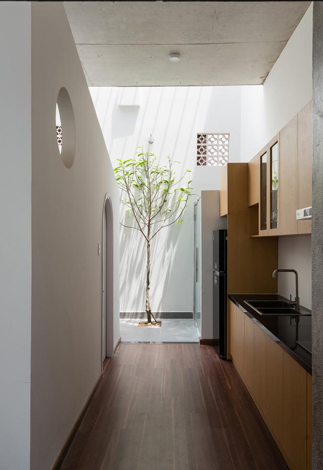 Ngoài phòng khách, không gian tầng 1 còn có bếp, một công trình phụ và phòng ngủ nhỏ cho người lớn tuổi.