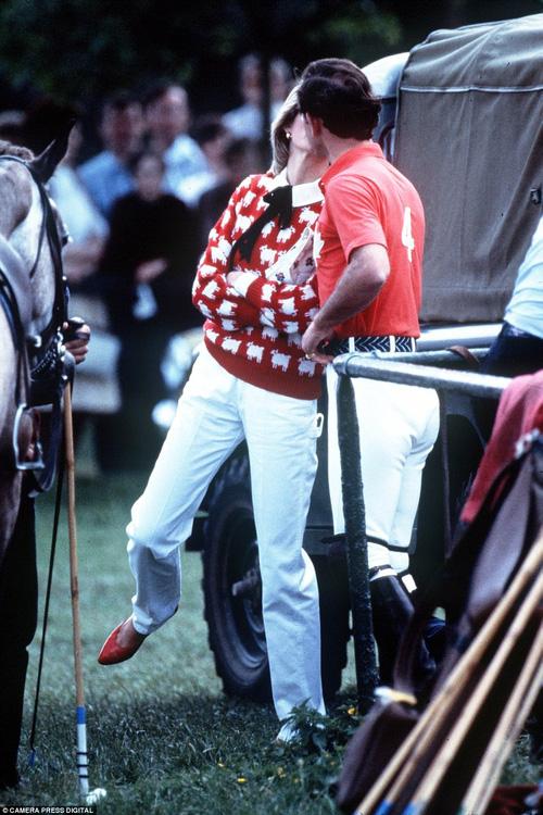 Trong một trận đấu polo năm 1983, hai người đã trao nhau nụ hôn tình tứ.