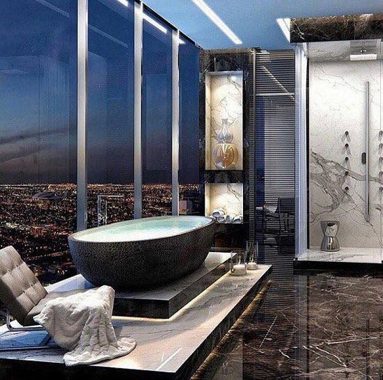Hồ bơi mini dưới dạng bồn tắm trong thiết kế nhà sang chảnh.