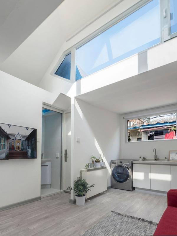 Những mảng tường kính giúp ngôi nhà thoáng, sáng, điều mà nhà cũ không hề có.